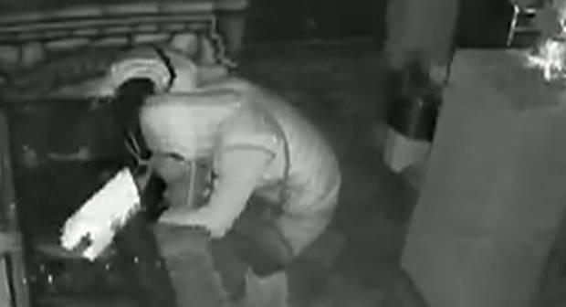 Hoț prins în fapt de fiul proprietarilor apartamentului pe care intenționa să-l jefuiască