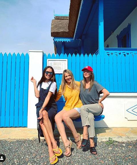 """Ca într-o scenă din """"Las Fierbinți"""" / Buzoianca Irina Fodor, alături de Adela Popescu și Andreea Ibacka, în Delta Dunării"""