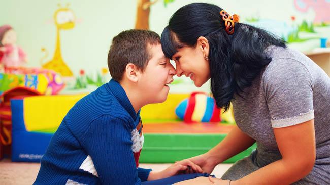 În premieră la Buzău / 50 de părinţi, învăţaţi să devină co-terapeuţi pentru copiii lor diagnosticaţi cu tulburare de spectru autist