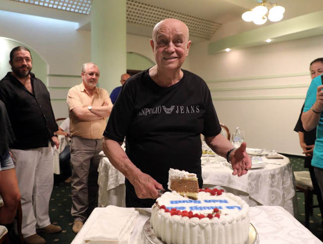 """Benone Sinulescu a împlinit 83 de ani. Cinci """"copii din flori"""" i-au bătut la uşă de-a lungul vieţii, dar buzoianul spune ca a iubit o singură femeie"""