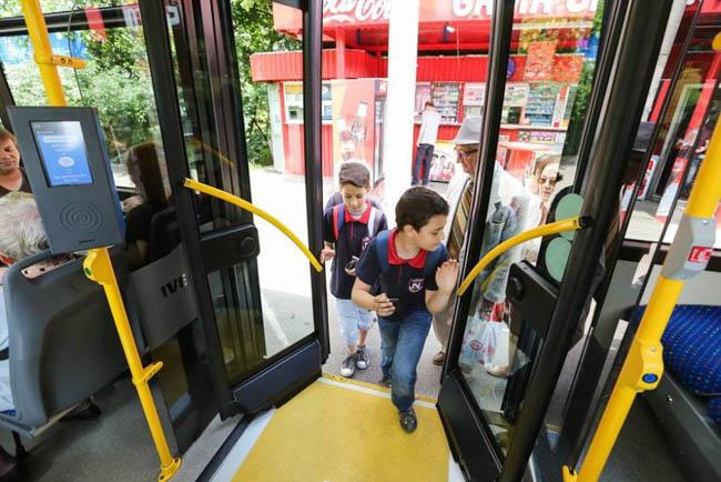 Elevii vor avea transport gratuit, pe baza carnetului de elev, în microbuz, tren și autobuz