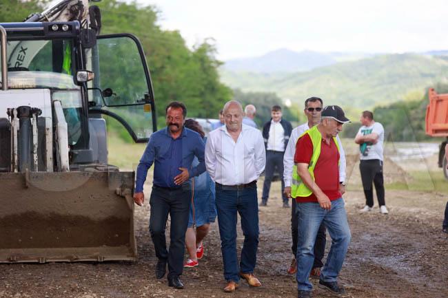 VIDEO/Au început lucrările de modernizare a drumului județean ce va permite accesul spre o zonă turistică deosebită a județului Buzău