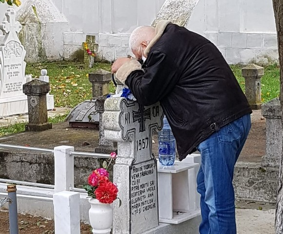 Milionarul Cornel Tăbăcaru, copleșit de durere la mormântul din Buzău al mamei sale