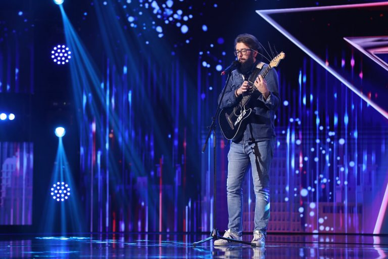 """VIDEO   Dan Junior Ungureanu, ,,talentatul"""" care dă cu mopul și cântă din dragoste"""